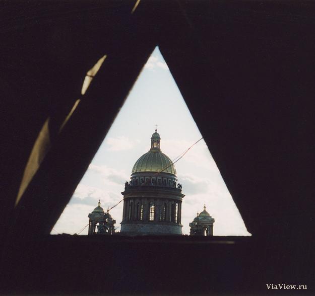 Купол Исаакиевского собора в треугольном слуховом окне чердака.